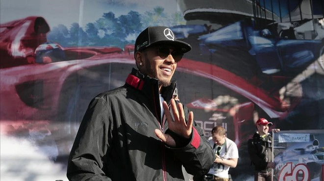 Lewis Hamilton saluda a la afici�n a su llegada al circuito de Sochi.