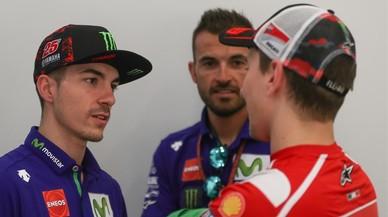 Maverick Viñales conversa con Jorge Lorenzo, en Catar.