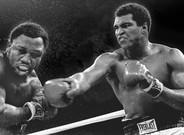 Mohamed Ali connecta un golpe de derecha a la cabeza de Joe Frazier, en uno de sus legendarios combates, el 1 de octubre de 1975.
