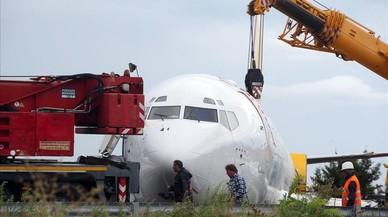Un avió surt de la pista i aterra en una carretera a Itàlia