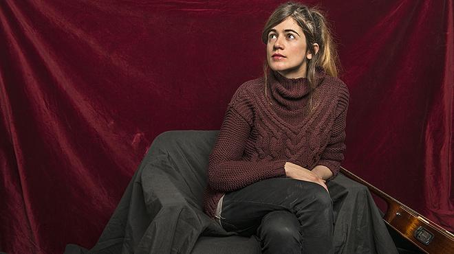 Maria Rodés interpreta en acústico el tema 'Agua que no has de beber'.