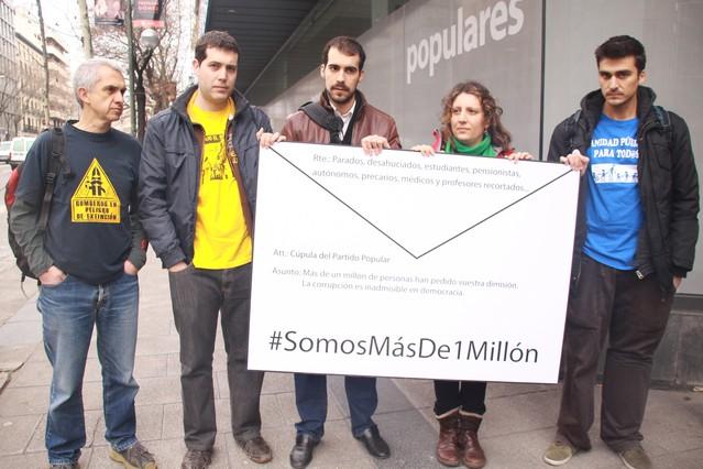 El mill�n de firmas que piden la dimisi�n del PP llegan a la sede popular