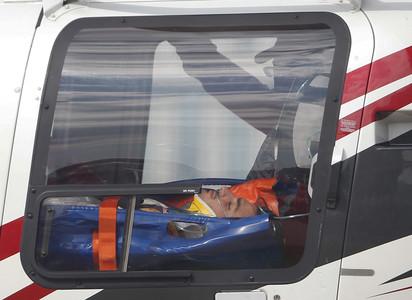 El piloto Carlos Sainz, en la ambulancia que le ha sacado del circuito de Sochi.
