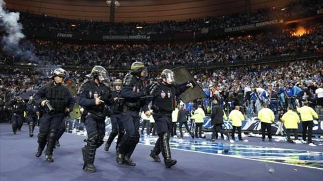La policía entra en el estadio de Saint Dennis, en la pasada final de Copa entre el PSG y el Marsella.