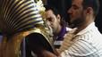 La barba de Tutankamon, enganxada amb adhesiu després de trencar-se en una restauració