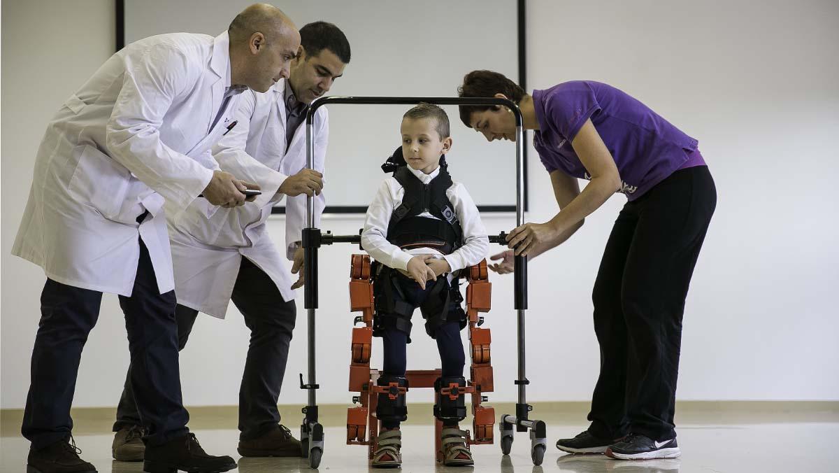 Un exoesqueleto ayudará a andar a niños del Hospital Sant Joan de Déu con atrofia muscular