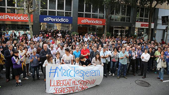 Familiares, amigos y compañeros de Marc Marginedas se han reunido cada miércoles frente a la puerta del diario para pedir la liberación del periodista, secuestrado en Siria.