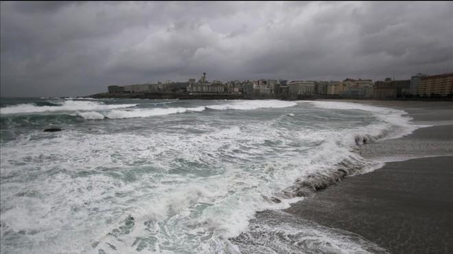 Temporal costero en A Coru�a, donde hay alerta por posibilidad de olas de nueve metros este domingo.