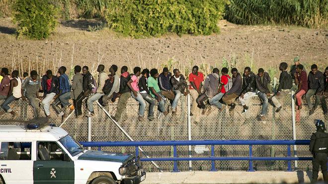 Immigrants aconsegueixen saltar la tanca de Melilla en un nou intent massiu
