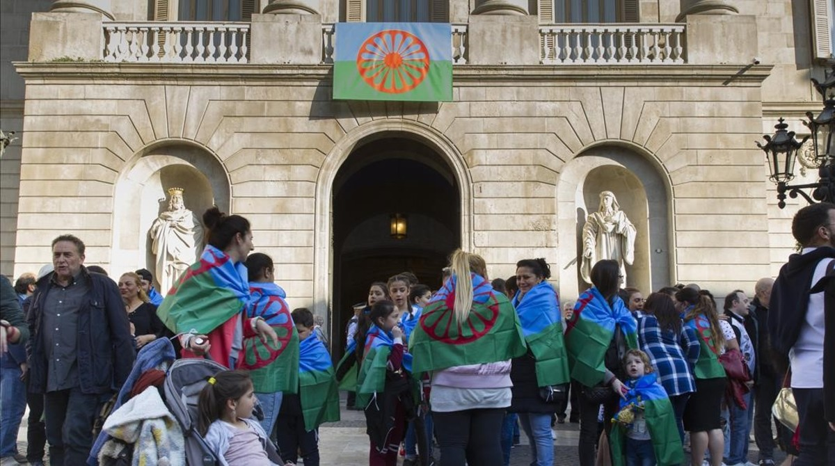 Colau quiere que los niños barceloneses estudien la historia del pueblo gitano