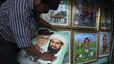 Un pintor indonesio muestra un retrato en el que aparecen Osama bin Laden y el expresidente de Estados Unidos George W. Bush en su estudio callejero de Jakarta.