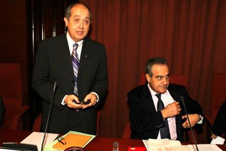 Felip Puig (de pie), junto a Celestino Corbacho, durante su comparecencia ante el Parlament, este jueves.