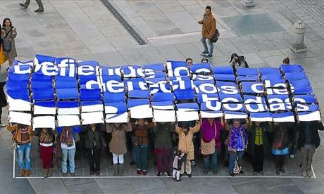 Unas mujeres forman un mural reivindicativo, la víspera del Día contra la Violencia de Género del 2011, en Madrid.