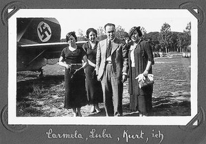 kurt y dorel sontheimer. Los hermanos (ella con guantes), frente al avión de Lufthansa con la esvástica en el fuselaje, a su llegada<BR/>a El Prat, en 1935.
