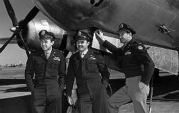 'Dutch' Van Kirk (izquierda), junto a dos compa�eros y el bombardero 'Enola Gay'.