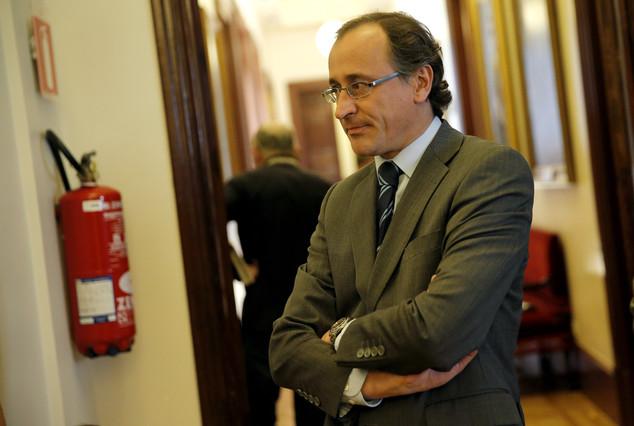 El portavoz parlamentario del PP, Alfonso Alonso, en el pasillo del Congreso.