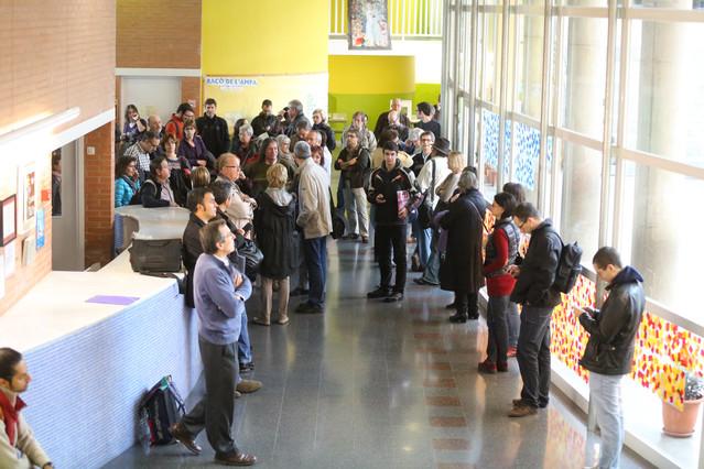 Cola de ciudadanos en la escuela Tabor de Barcelona, antes de que abrieran las urnas.