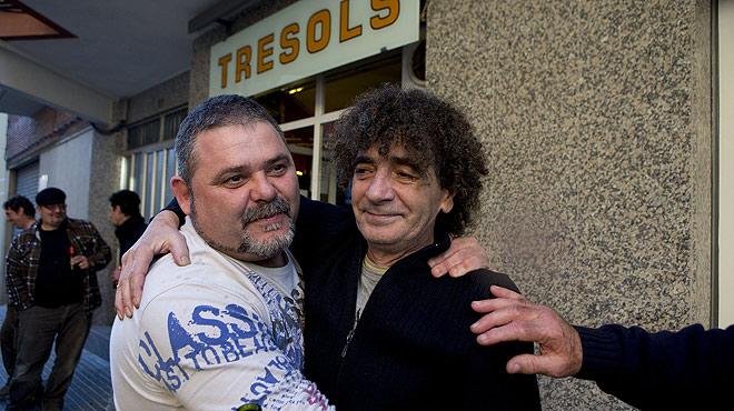 El due�o del Bar Tresols (izquierda), con uno de los agraciados con el segundo premio.
