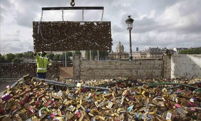 Retirada de los candados del puente de las Artes en París (5)