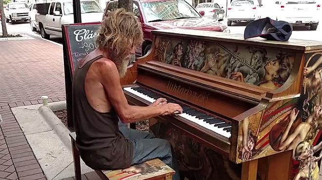 Mendigo toca el piano en Florida