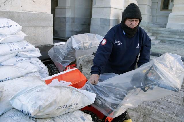 Un hombre se prepara para la llegada de Jonas, la primera gran tormenta del invierno, en Washington DC.