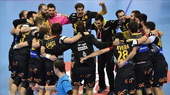 Los integrantes de la selección española de balonmano celebran el pase a la final del Europeo tras derrotar a Croacia.