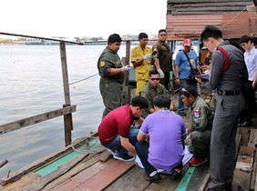 Agentes de policía de Tailandia, junto al lugar del hallazgo del cuerpo del ejecutivo catalán en Bangkok.