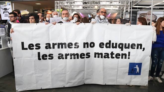 Protestes contra lExèrcit al Saló de lEnsenyament