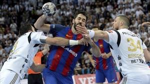 jcarmengol38161773 barcelona s raul entrerrios centre throws against kiel s i170429191236