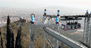 Vista del Areromàgic, que actualizó el original Ferrocarril Aéreo, una de las atracciones históricas del parque del Tibidabo.