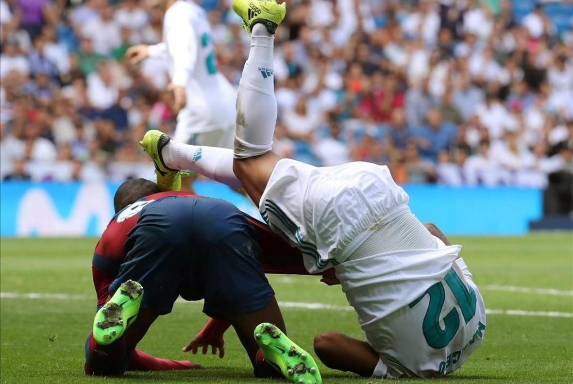 Momento en el que Marcelo golpea a Lerma en el encuentro del sábado ante el Levante