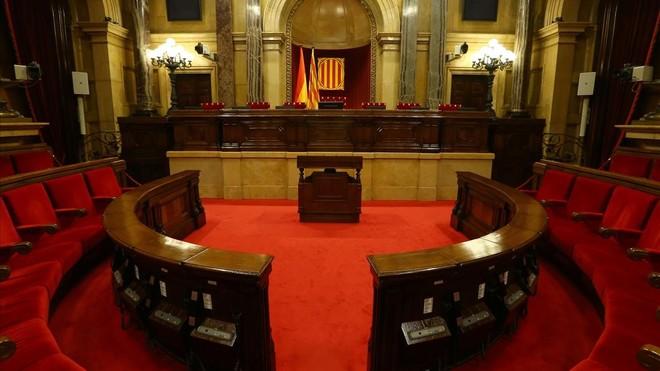 El hemiciclo del Parlament vacío, ayer lunes. / IVÁN ALVARADO (REUTERS)