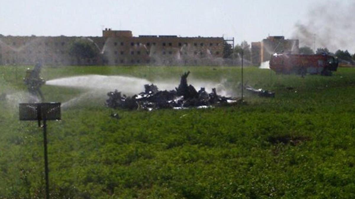 Imagen del Eurofigther estrellado en un campo de Albacete.