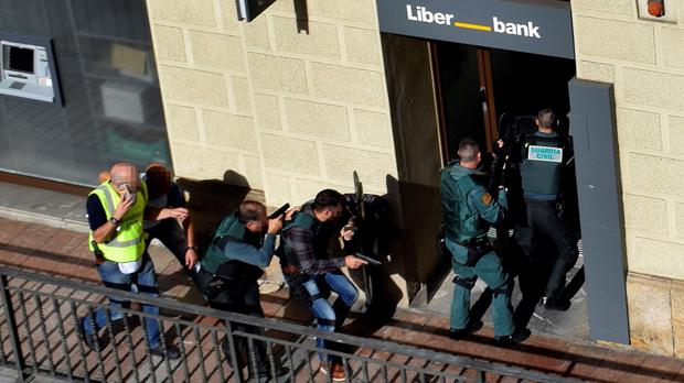 Un atracament amb ostatges acaba amb un assaltant detingut i un altre de mort després de disparar-se un tret