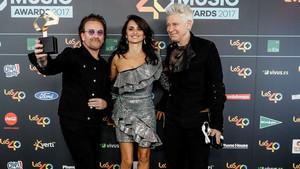El cantante Bono y el bajista Adam Clayton, junto a Penélope Cruz, en los Premios de Música Los 40.