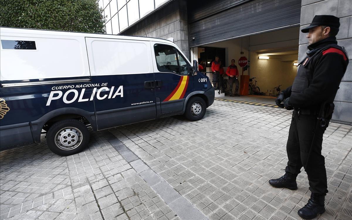 El furgón que traslada a los cinco sevillanos acusados de una supuesta violación de una joven de 18 años.