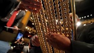 Funcionarios del Organismo Nacional de Loterías y Apuesta del Estado preparan las liras del sorteo extraordinario.