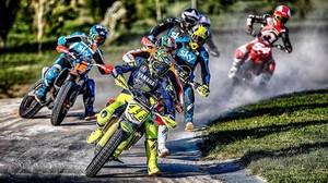 Valentino Rossi lidera una carrera en la pista de tierra de su rancho, en Tavullia (Pesaro y Urbino, Italia).