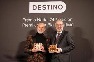 Alejandro Palomas (izquierda), ganador del Nadal, junto a Antoni Bassas, ganador del Pla..