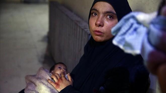 Heba Hamuri coloca su dedo en la boca de su bebé hambrienta en un centro médico en Duma (en el este de Guta), el pasado 8 de enero.