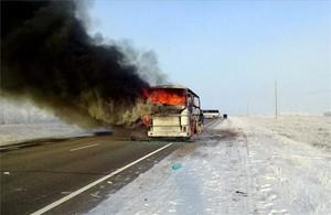 Una columna de humo se eleva desde un autobús en llamas en una carretera entre Samara y Shymkent