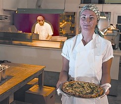 Berta Bernal, dueña de Parking Pizza, muestra su especialidad.