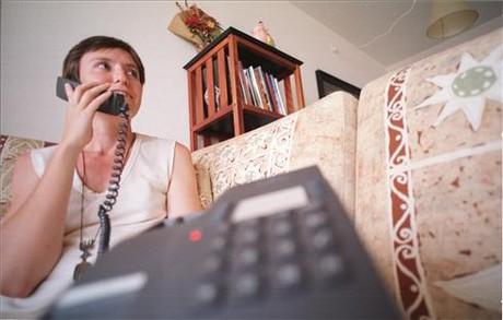 Una mujer llamando por teléfono.