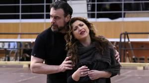 Carlos Alvarez (Rigoletto) y Désirée Rancatore (Gilda), preparándose para la función.