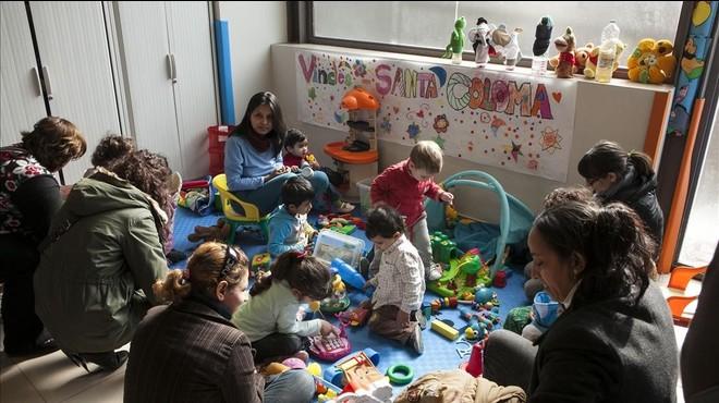Jóvenes del Casal dels Infants de Santa Coloma ceden sus regalos a los más pequeños