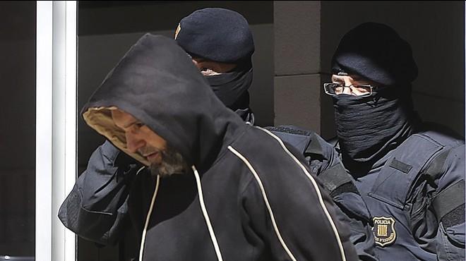 Los Mossos sacan de su casa a Antonio S�ez, el l�der de la c�lula desarticulada, el 8 de abril del 2015.