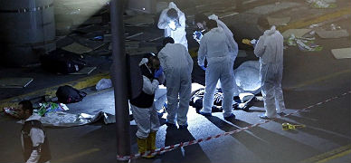 M�dicos forenses inspeccionan el lugar de los atentados.