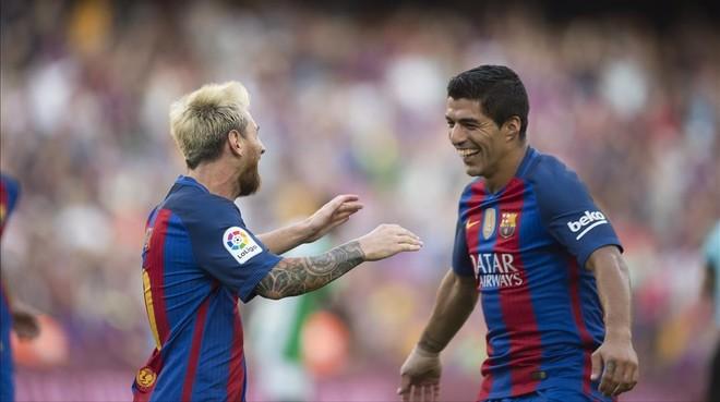 Messi y Suárez celebran un gol del Barça al Betis en el Camp Nou.