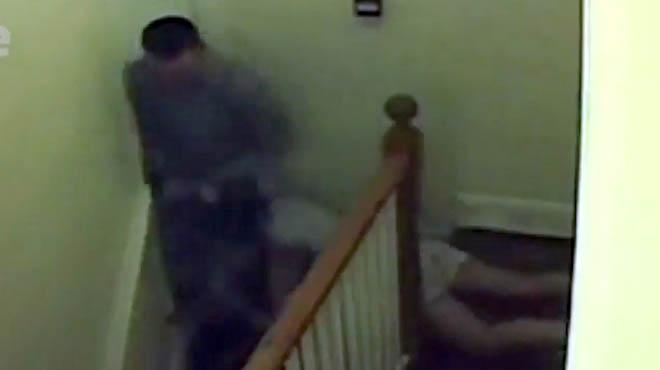 Un vídeo mostra la brutal agressió d'un home a la seva nòvia