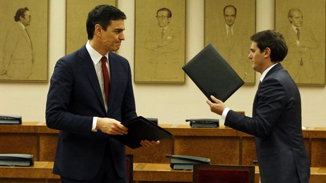 Pedro Sánchez i Albert Rivera firmen l'acord de Govern.